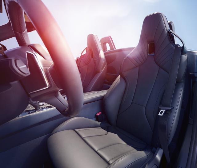 画像: タイトなコクピットにいかにもサポートの良さそうなシートが装着される。