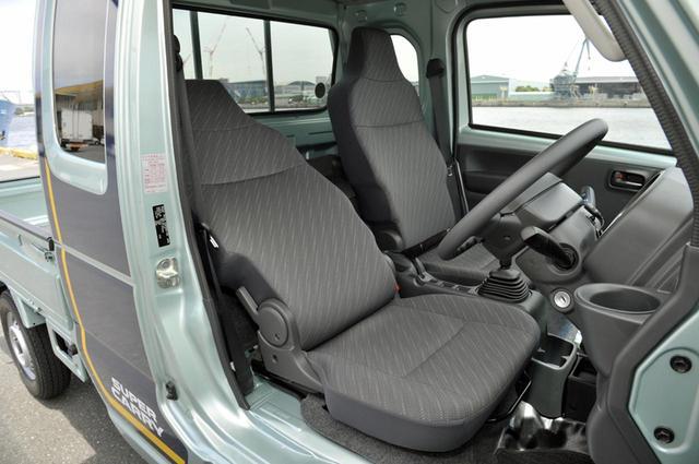 画像: ヘッドレスト一体型のシートは少々チープだが、運転席は40°、助手席は24°リクライニング可能。