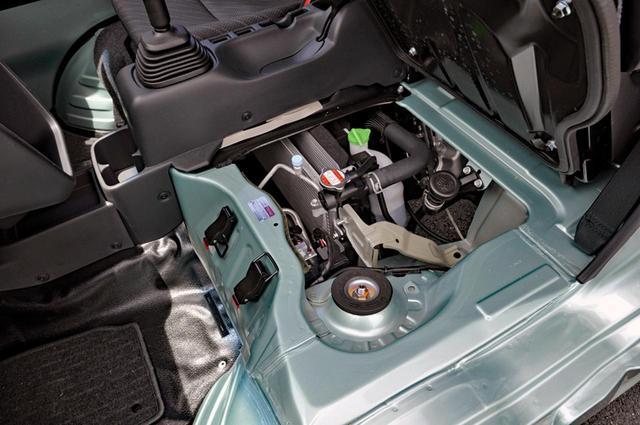 画像: 助手席下のサービスリッドを開ければ給油や給水などはできるが、エンジン本体は見えない。