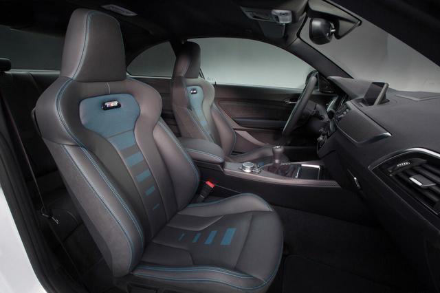画像: M2コンペティションのフロントシート。2hん導入モデルはすべて右ハンドル。