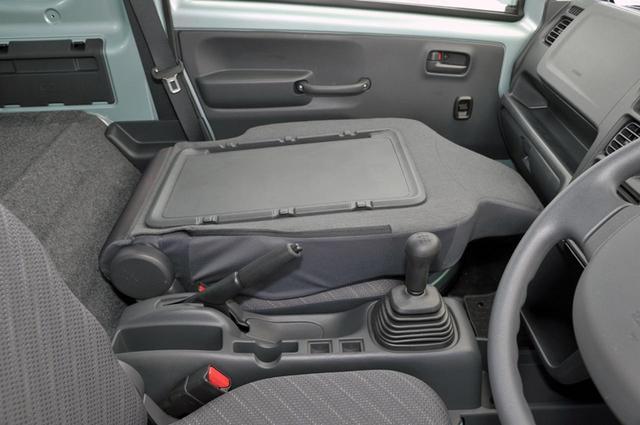 画像: 助手席シートバックを倒せば、仕事用のデスクにも、ランチタイムのテーブルにもなる。