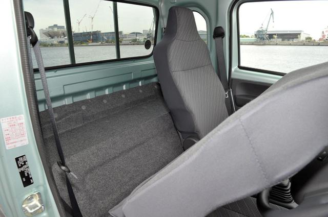 画像: シート後ろには、幅1235×奥行き250mmのスペースがあり、けっこう荷物が積める。