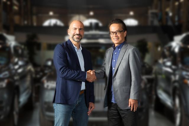 画像: トヨタ・コネクティッドカンパニーの友山茂樹プレジデント(右)とUber社のダラ・コスロシャヒCEO。