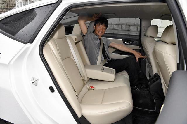 画像: 平均的成人男性の体格である岡本レポーターが座ってもリアシートの広さは十分。