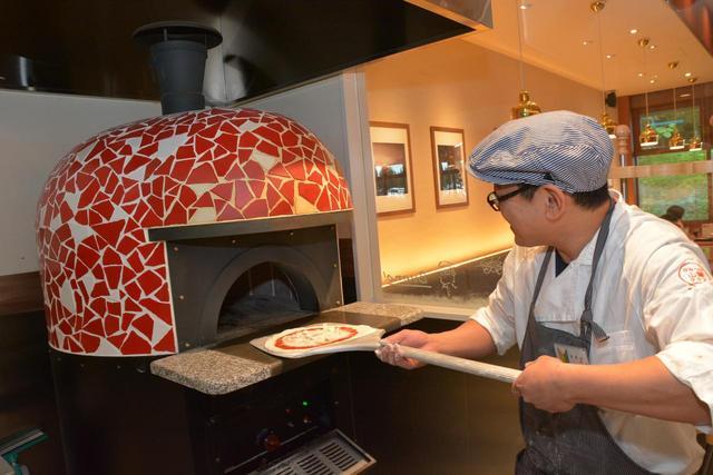画像: 本格ピザ釜を備えたレストランもリニューアルした赤城高原SA(上り)の自慢のひとつ。「山賊ピザ」(1300円)などが人気を集める。