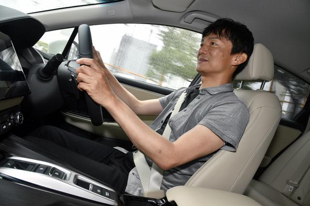 画像: テストコースに引き続き、公道で試乗する岡本幸一郎レポーター。