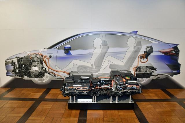 画像: クラリティPHEVの実寸大カットモデル。リチウムイオン電池は前後シートの下に搭載される。