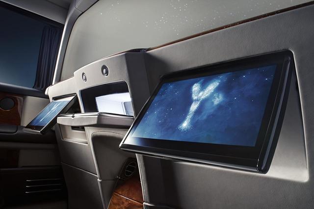画像: 中央にあるのは前後席で書類などのやりとりができる開口部。