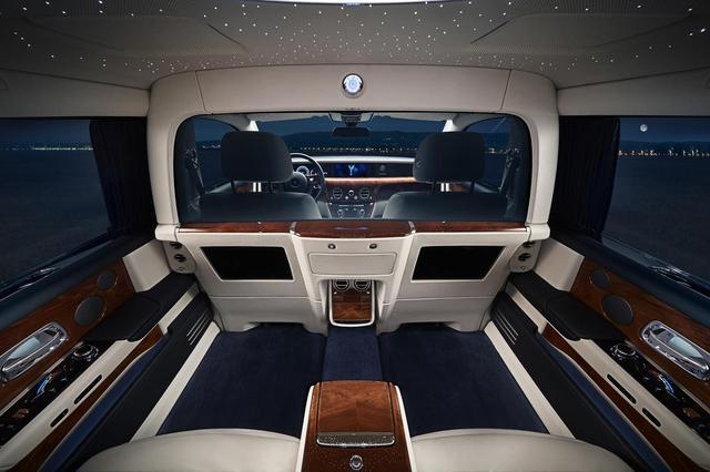 画像: 前後席の仕切りとなる特別なガラスがクリアな状態。