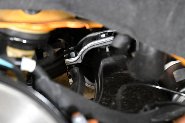 画像: 新型ルノー メガーヌ R.S.の4コントロールを制御するアームが奥に見える。