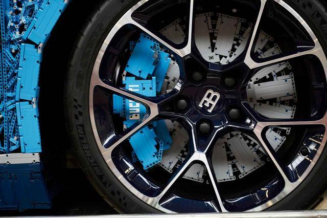 画像: タイヤとホイールはホンモノだが、ブレーキはレゴブロックでできている。