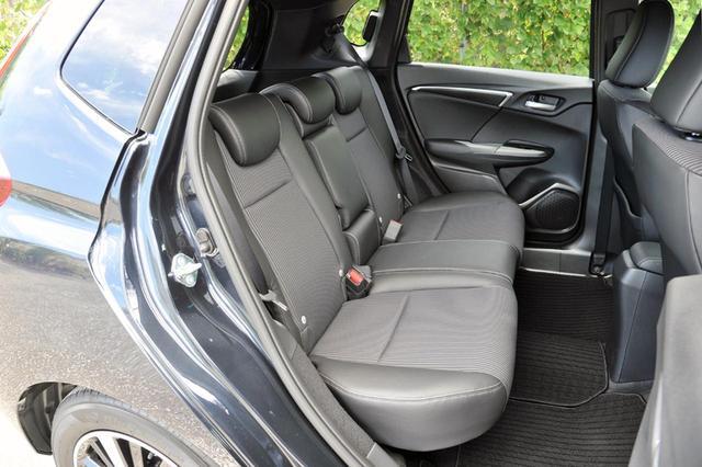 画像: リアシートの広さは十分で座面はチップアップ可能、シートバックは分割可倒式で使い勝手も良い。