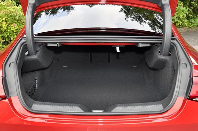 画像: トランク容量は490Lと、けっこう広い。リアシートバックは分割可倒式で、センター部のみのスルーも可能だ。トランクリッドは電動開閉式。