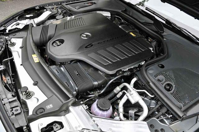 """画像: Sクラスに次いで搭載されたISG(インテグレーテッド・スターター・ジェネレーター)を採用した3Lの直6エンジンは、カバーに""""6 CYLINDER""""と刻まれている。"""