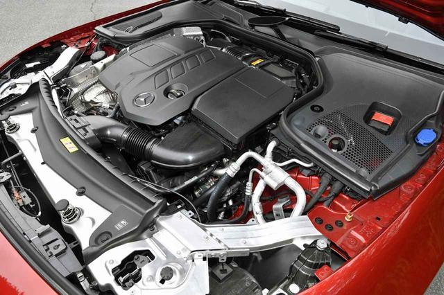 画像: Eクラスにも採用されている2L 直4の新世代クリーンディーゼル。例によってカバーに覆われて、エンジン本体はほとんど見えない。