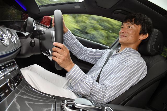 画像: 才色兼備のCLSの走りに、岡本レポーターも満足そう。