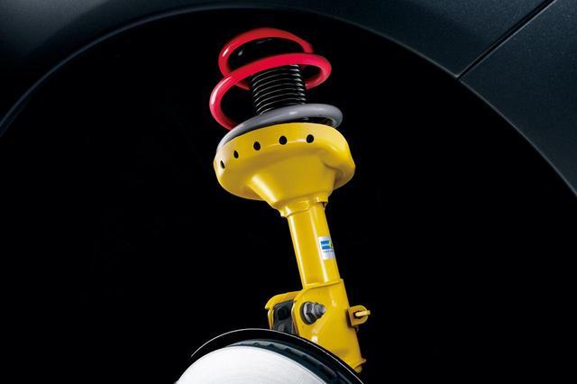 画像: WRX S4 STIスポーツは専用チューニングのビルシュタイン製フロントストラットを装着する。