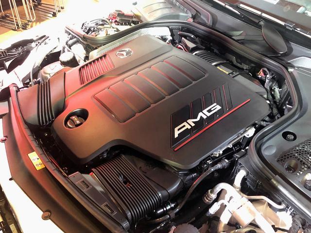 画像: CLS53のエンジンルーム。AMGのロゴが刻まれた巨大なエンジンカバーで本体はほとんど見えない。