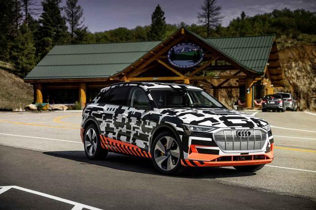 画像: これは偽装を施した「アウディ e-tron」のテストカー。