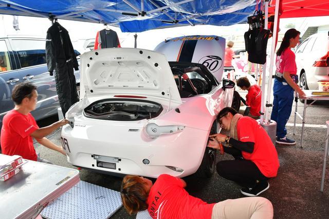 画像: いつも使っているレース車両のエンジンがかからず、ティーカーにチェンジ。見た目が真っ白なため、ボンネット、前後バンパー、前後左右フェンダーを、レース車両のものと入れ替えている。ご協力いただいたマツダ関係者のみなさま、ありがとうございました。