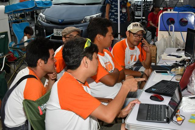 画像: ピットワークもこのレースの重要な役割。タイムコントロールは平石さん、丸山さん、石塚さん。