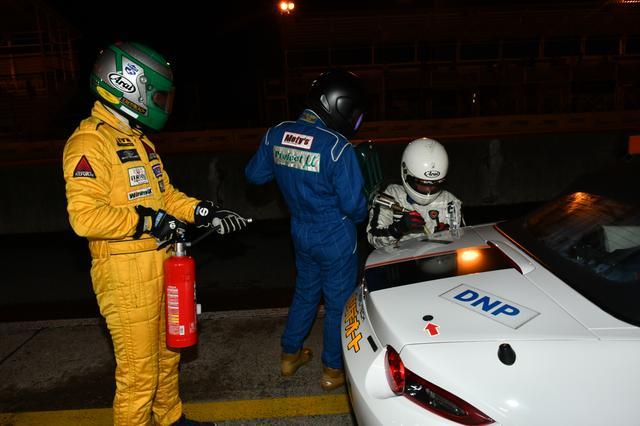 画像: 給油をはじめとするメカニックサポートをお願いしたのは、ロータリーエンジン専門店「リアルテック( http://real-tech.jp/)」の代表を務める濱口康志さん(右)。山川さんと中沢さんもサポート。