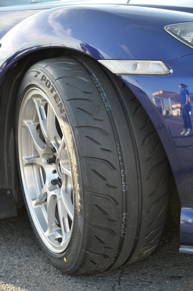 画像: タイヤはブリヂストンのPOTENZA RE-71Rをチョイス。サイズは255/40R18と幅を広げて、圧倒的なコーナリングスピードを活かした戦法をとった。