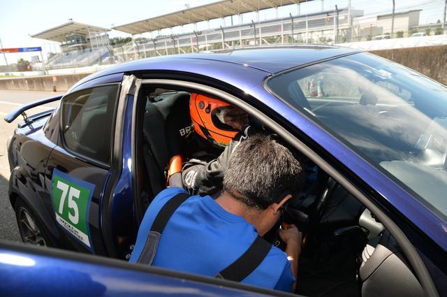 画像: マツ耐では4名までドライバー登録が可能で、3回以上のピットイン(1回1分以上ストップ)が義務となる。我がチームはハッシー→カトー→ハッシー→ハッシーで乗り継ぐことに。