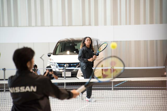 画像: 発表会場に仮設コートが作られ、プレイを披露してくれた大坂なおみ選手と星野朝子専務。