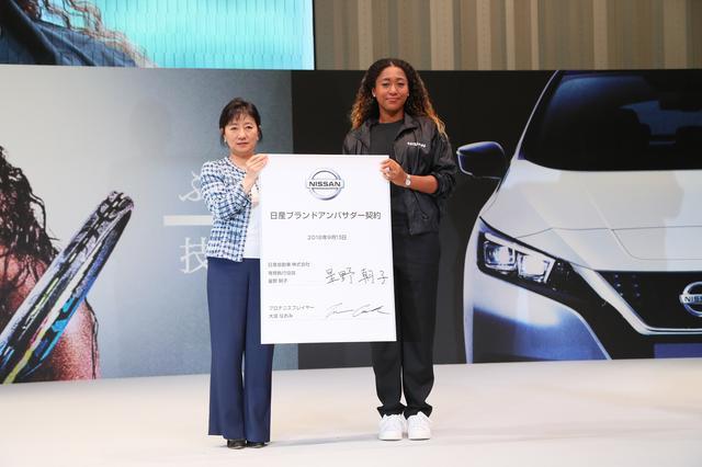 画像: 契約を交わした大坂なおみ選手(右)と日産自動車の星野朝子専務(左)。