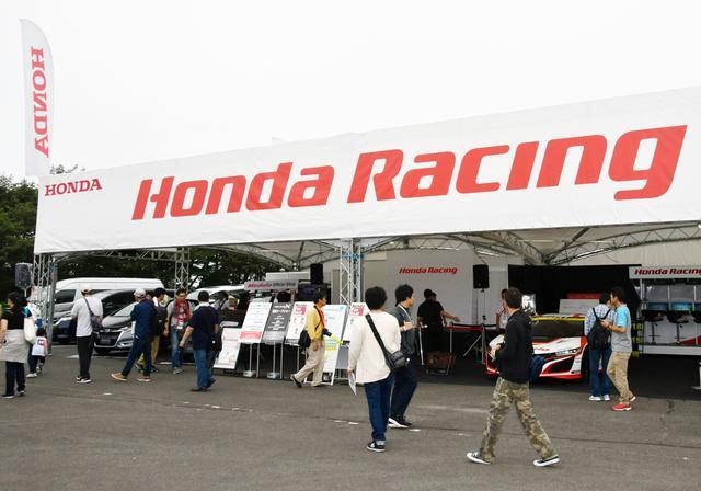 画像: レースマシンやカスタムモデルが展示されるHONDAブース