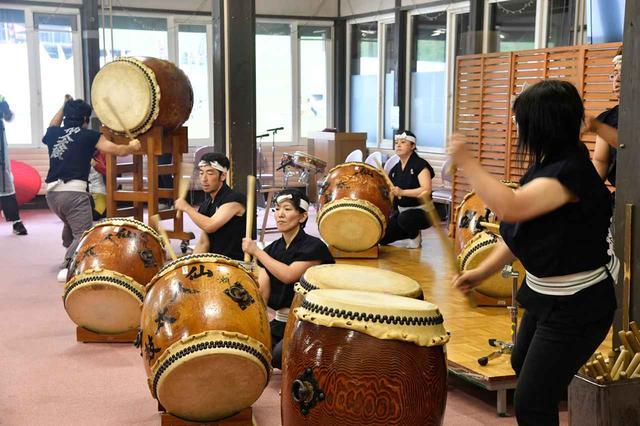 画像: 残念ながら雨天だったため、イベントは屋内ステージで行われた。写真は仙人太鼓の演奏ステージ。