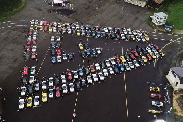 画像: ドローンを使った空撮も行われた。出来上がった写真を見ると、コペンがイベントロゴのカタチに! 入場時の駐車スペースの指定はこのための下準備だったのだ。