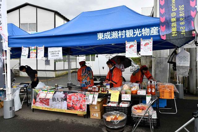 """画像: 会場の東成瀬村物産コーナーでは、牛肉""""赤べご""""はもちろん、野菜や""""桃太郎トマト""""を使ったトマトピューレなども販売された。"""