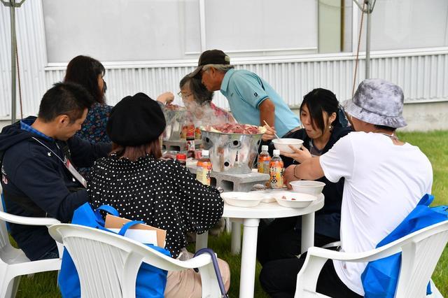 """画像: 東成瀬村特産の牛肉""""赤べご""""を使った昼食のバーベキュー会場は和気あいあいとした雰囲気で、オーナー同士が親交を深めていた。"""