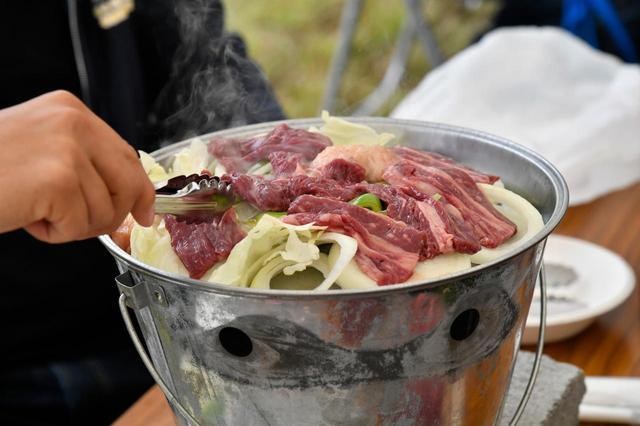 画像: 「なるせ赤べご」をはじめとする東成瀬村の特産品を使ったバーベキューが振舞われた。