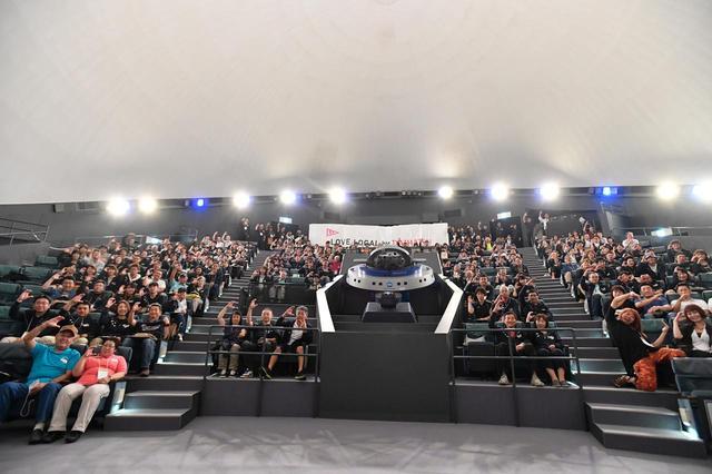 """画像: """"星空探検館スペーシア""""に移動後、大型プラネタリウムで夜空を鑑賞。閉会式では参加者全員でCopenの""""C""""を表すハンドサインとともに記念撮影。"""