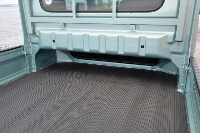 画像: スーパーキャリイの荷台。キャビン下部を荷台の一部としているので、フロア長は1975mmを確保している。