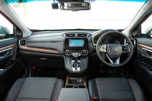 画像: フルデジタルのメーターディスプレイにはさまざまな情報を表示する。レザーハンドルは全車に標準装備。