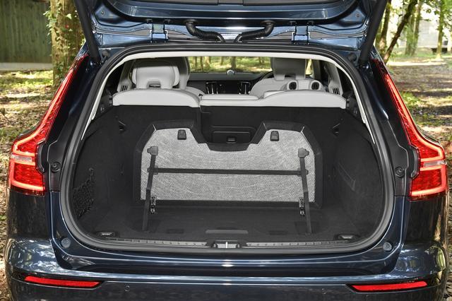 画像: 荷物が少ないときに仕切り代わりになって、荷物を固定することもできる便利なグローサリーバックホルダー。