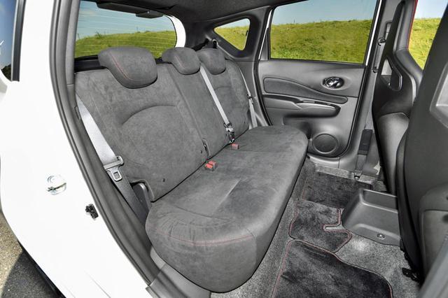画像: リアのシート地は、標準装備のスポーツシートと同じスウェードになる。アクセントで赤いステッチも入る。