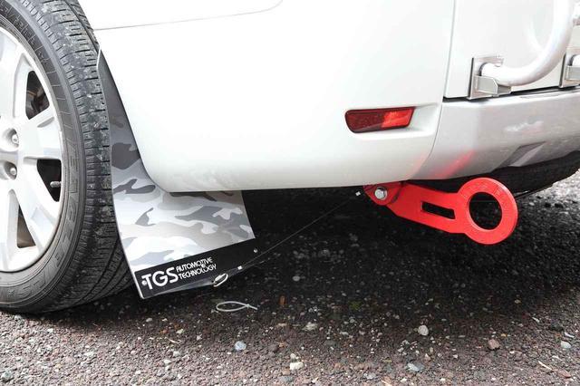 画像: 4つのタイヤの後部にはオフロード車らしくマッドフラップが。牽引フックも後付けのもの。
