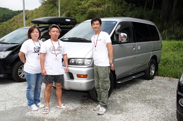 画像: デリカ スペースギアを愛用する中川さん(右)とご家族。デリカ D:5との比較もできてご満悦の様子。