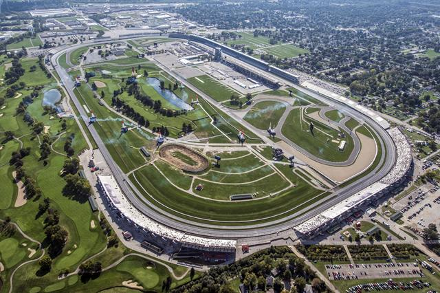 画像: オーバル・レーシングコースのインフィールドにパイロンを設置してエアレースのコースが設定された。