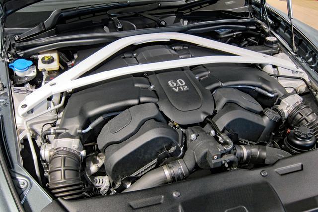 画像: エンジンルームいっぱいに搭載された、6Lの自然吸気V12エンジンは603ps/630Nmを発生。