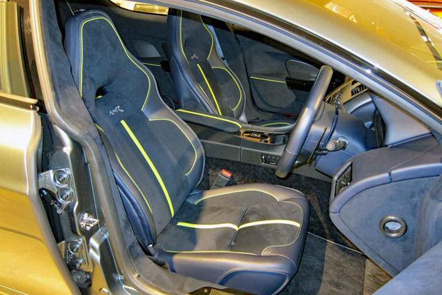 画像: ボディストライプと同色のアクセントが入れられたアルカンターラのシート。