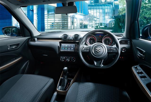 画像: アップグレードパッケージ・全方位モニター用カメラパッケージ装着車のインテリア。ステアリングは本革巻き。インパネやコンソール、ドアアームレストのオーナメントは専用のチタン調。