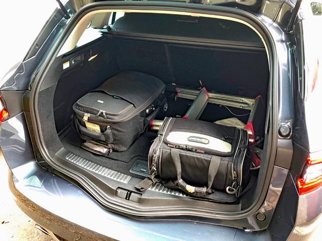 画像: リアシートバックをたたまなくても、カメラマンの機材を余裕で積み込む。