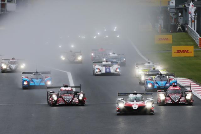 画像: 午前11時の決勝レーススタート時の天候は雨。水煙が上がるほどのウェットコンディションで、1周のセーフティカー先導ラップの後に本戦が開始された。