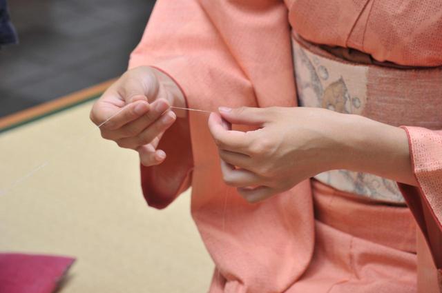 画像: 真綿から数本の繊維を引き出して、1本の糸に仕上げます。太さを均等にするのが難しい!